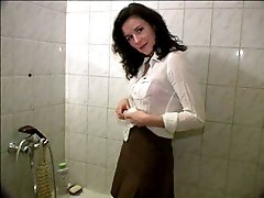 4 movies - Dark-haired starlet tinkling in the bath on video